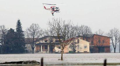 Esonda il fiume Enza, elicotteri dei Vigili del Fuoco salvano persone sui tetti (Ansa)