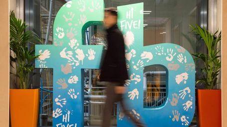 Londra, il logo di Facebook rivisitato (Lapresse)