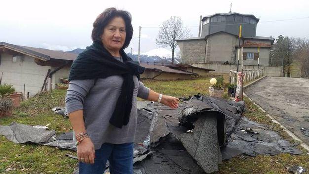 Maria Staltati mostra i danni alla chiesa di Borra di Lama Mocogno