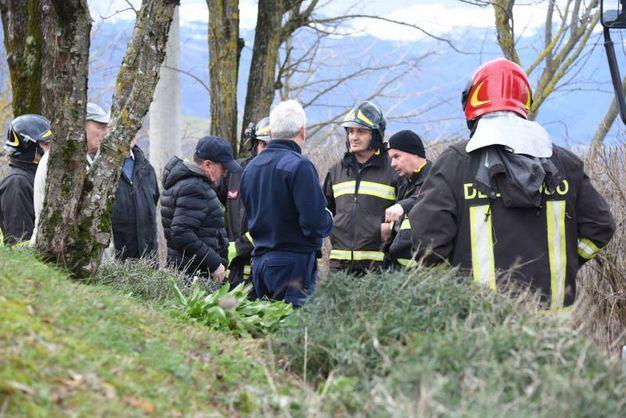 Breefing con vigili del fuoco, tecnici e sindaco di Montese Mazza (Foto Walter Bellisi)