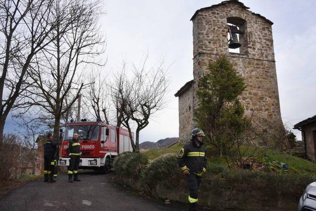Vigili del fuoco a Riva di Montese (Foto Walter Bellisi)