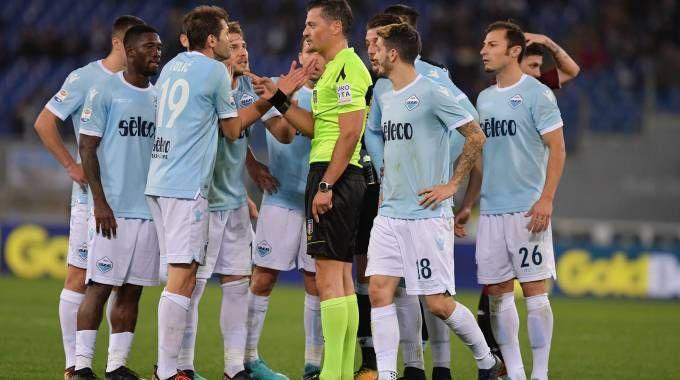 Le proteste dei giocatori della Lazio per l'espulsione di Immobile