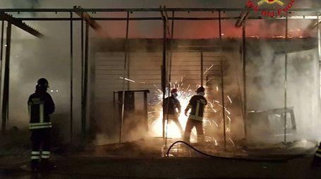 Il chiosco in fiamme a Trodica di Morrovalle