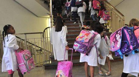 GREMBIULI L'ingresso degli alunni in una scuola elementare (foto di repertorio)