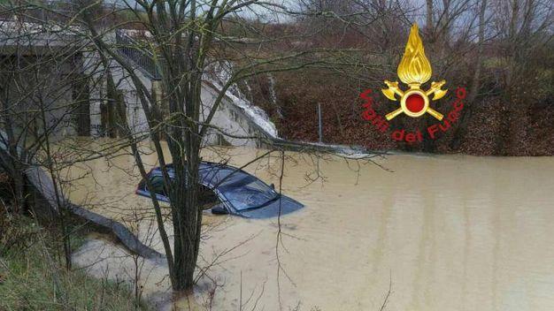 Una persona che si era rifugiata sul tetto della propria auto sommersa dall'acqua in un sottopassaggio, è stata tratta in salvo a Montecastrilli dai vigili del fuoco del comando di Terni (Ansa)