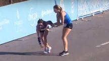 Ariana Luterman aiuta Chandler Self alla maratona di Dallas (da youtube)