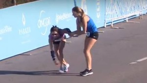 Ariana Luterman aiuta Chandler Self alla maratona di Dallas (da youtube)