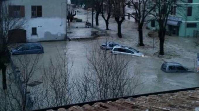 Lentigione, l'acqua che ha invaso le strade travolgendo le auto
