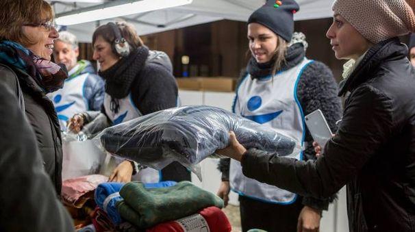 Consegna coperte per i senzatetto