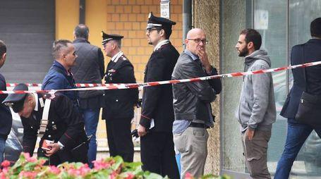 La disperazione dei colleghi per il suicidio dell'ispettore Attilio Sebastiani che il 19 ottobre scorso si è sparato un colpo di pistola nel suo ufficio