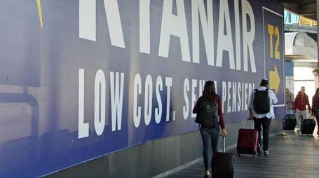 Un cartellone pubblicitario della Ryanair a Roma (Ansa)