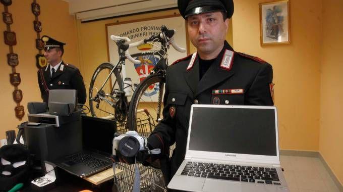 I carabinieri mostrano la refurtiva recuperata