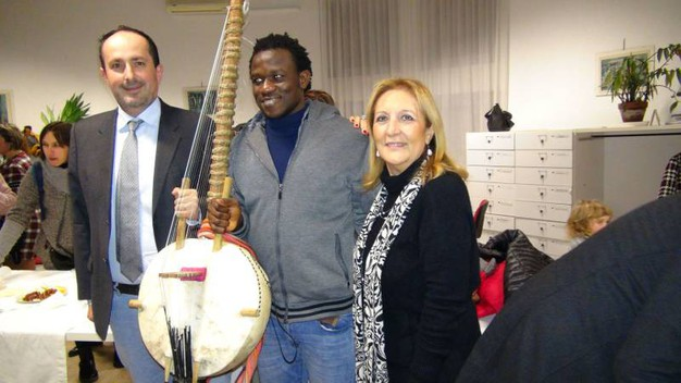 il suonatore di Kora Kanuten con Vimini e Ceccarelli, assessori a Pesaro