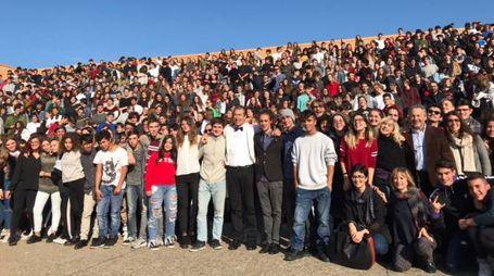 Studenti, insegnanti e il preside Rossini del Liceo Scientifico Marconi di Pesaro