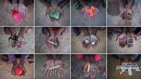 I giocattoli dei bambini rohingya (Afp)