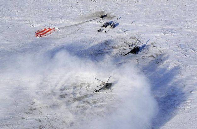 Elicoteri accorono sul luogo dell'atteraggio della Soyuz (Ansa)
