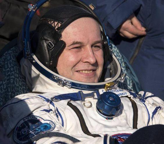Il cosmonauta di Roscosmos Sergey Ryazanskiy poco dopo l'apertira della capsula (Ansa)