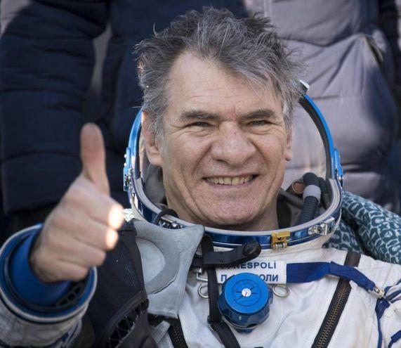 Paolo Nespoli saluta con un pollice alzato dopo 139 giorni nello spazio (Ansa)