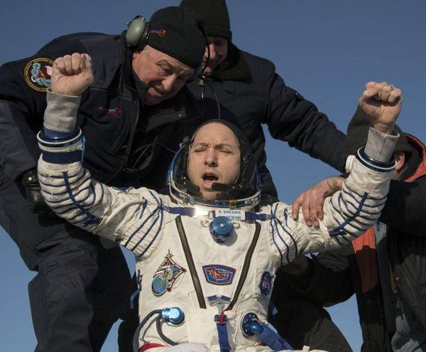 L'astronauta della NASA Randy Bresnik esulta dopo l'atterraggio della Soyuz (Ansa)