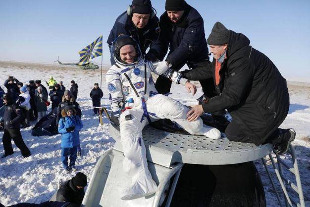 Paolo  Nespoli viene issato fuori dalla capsula Soyuz (AFP)