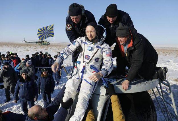 Randy Bresnik viene estratto dalla capsula Soyuz (AFP)