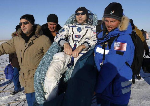 Randy Bresnik viene trasportatao dal team di recupero dell'agenzia spaziale Russa(AFP)