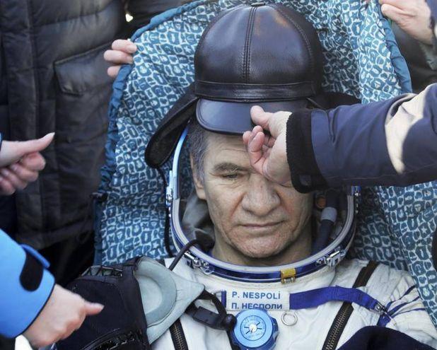 I membri del team di soccorso mettono un cappello a Paolo Nespoli (AFP)