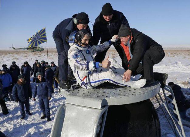 Paolo Nespoli emerge dalla capsul Soyuz (Ansa)