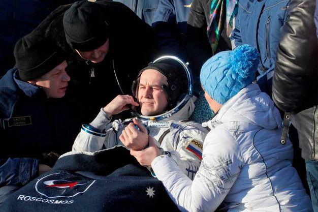 Specialisti aiutano l'astronauta russo Sergey Ryazanskiy poco dopo il recupero (AFP)