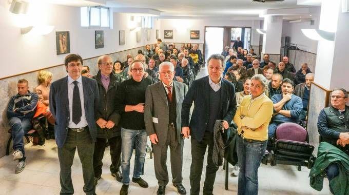Un' assemblea dei bagnini con i parlamentari e in basso Giorgio Mussoni