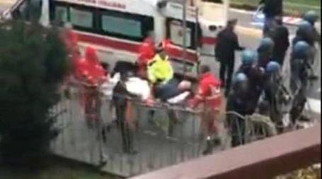 PAURA  Luca Fanesi trasportato in barella all'ospedale dopo gli scontri con la celere di Padova: è stato in coma per 15 giorni