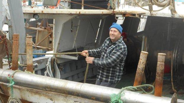 NEL MIRINO L'armatore civitanovese Marino Calderoni a bordo del motopesca «Ennio Calderoni», depredato dai ladri nella notte