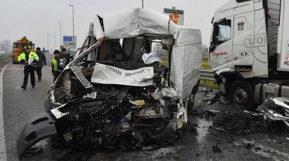 La parte anteriore del furgone si è disintegrata per la violenza dell'impatto con il camion