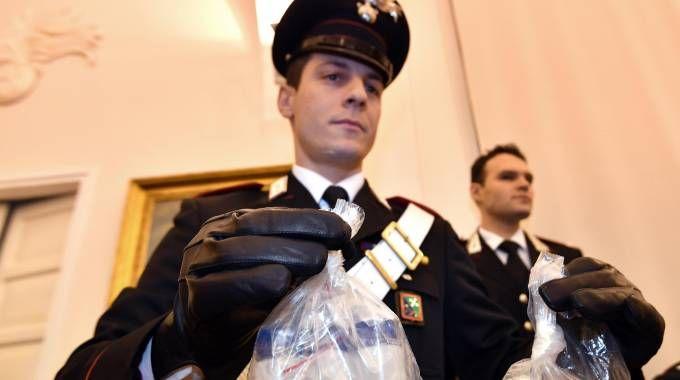 Un carabiniere mostra alcuni contenitori del tallio