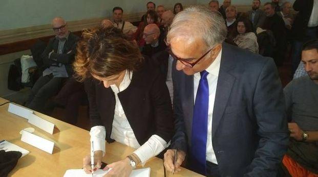 Firma del Contratto di Fiume tra il sindaco di Cortona Basanieri e il presidente Tamburini