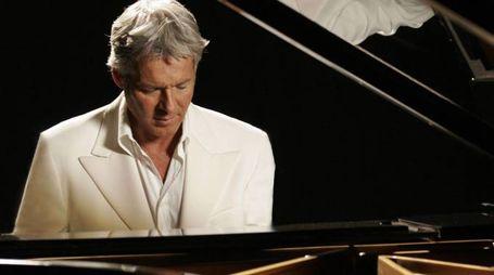 Claudio Baglioni al piano. E' direttore artistico di Sanremo 2018 (Ansa)