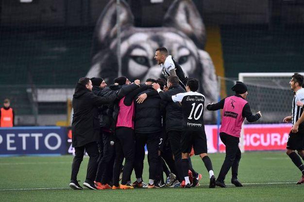 I giocatori dell'Ascoli festeggiano (foto LaPresse)