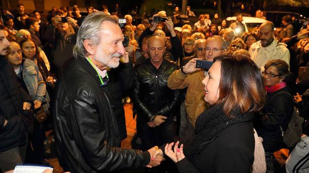 Il sindaco Bellandi e Marina Azara durante l'ultima manifestazione davanti al Comune