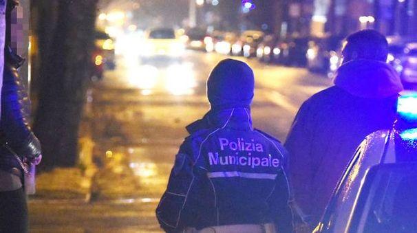 Un pensionato sorpreso mentre era appartato in auto con una lucciola: per lui scatterà anche la denuncia penale