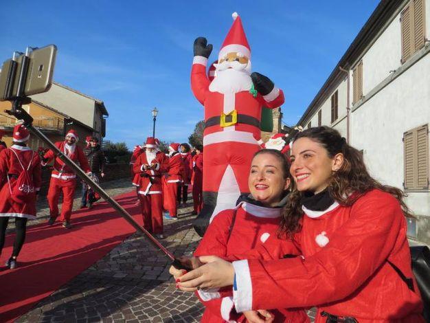 I Babbi Natale baciati dal sole (foto Franceschetti)