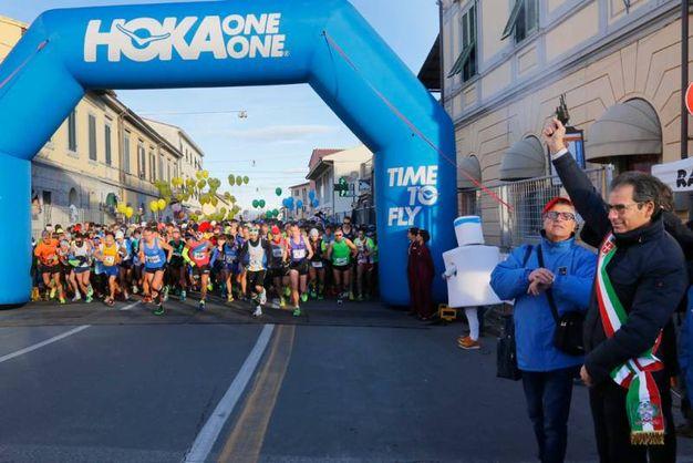 Il vicesindaco Ghezzi spara il colpo di pistola per dare il via alla Maratona di Pisa (foto Teta/Valtriani)