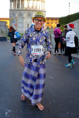Il podista giapponese corre scalzo alla Maratona di Pisa (foto Teta/Valtriani)