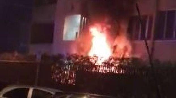 L'incendio in via Einaudi a Cologno Monzese