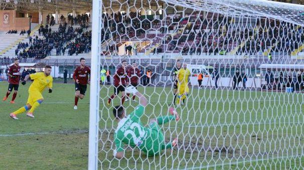 Arezzo-Carrarese 1-1, il rigore realizzato da Tavano