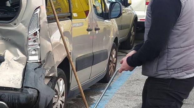 Una delle quattro auto rimaste danneggiate nello violento scontro in via San Francesco