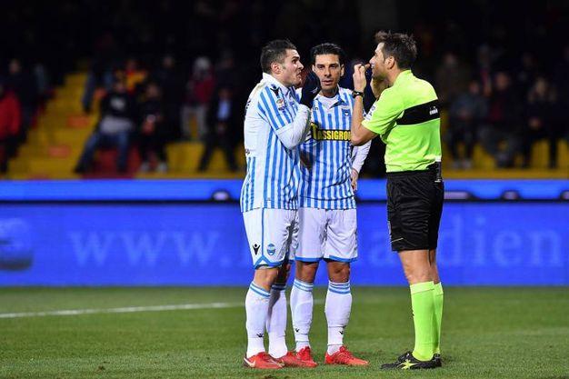 La discussione con l'arbitro (foto LaPresse)