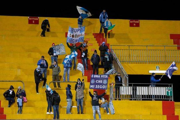 I tifosi della Spal al 'Ciro Vigorito' di Benevento (foto Ansa)