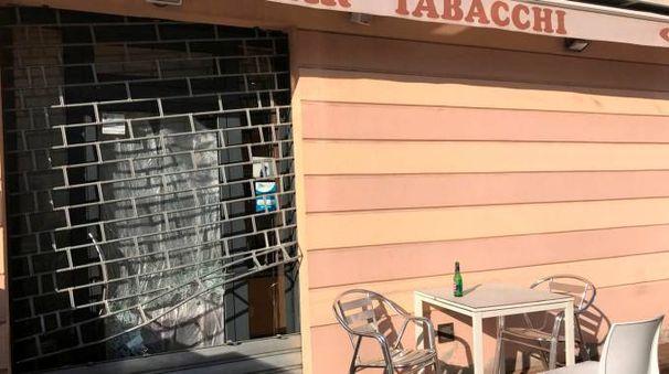 La saracinesca e la porta vetrata del bar Le Petit Cafè