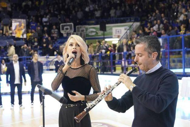 Il maestro Francesco Di Rosa e Marta Porrà hanno suonato l'Inno di Mameli (Foto Zeppilli)