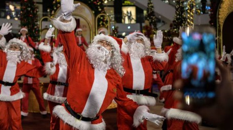 Uomini vestiti da Babbo Natale (Afp)